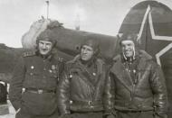 Asisbiz Petlyakov Pe 2 140BAP with Alexei Grigorievich Moiseenko (L) and crew members 01