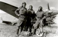 Asisbiz Petlyakov Pe 2 58BAP with crew summer 1943 01