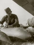 Asisbiz Petlyakov Pe 2 being rearmed with 250kg bombs at the Uglovo airfield in 1943 01
