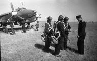 Asisbiz Petlyakov Pe 2 type 1 29BAP Northern Fleet White 70 with Maj AP Tsetsorin and 13AD LtCol IE Korzunov 1944 02