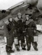 Asisbiz Petlyakov Pe 2R 39ORAP with crew Ukraine winter 1943 44 01