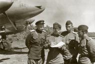 Asisbiz Petlyakov Pe 2R 511RAP with Sqn Cmdr Maj Grishanov (r) and sqn navigator Capt Tarasyutin 03