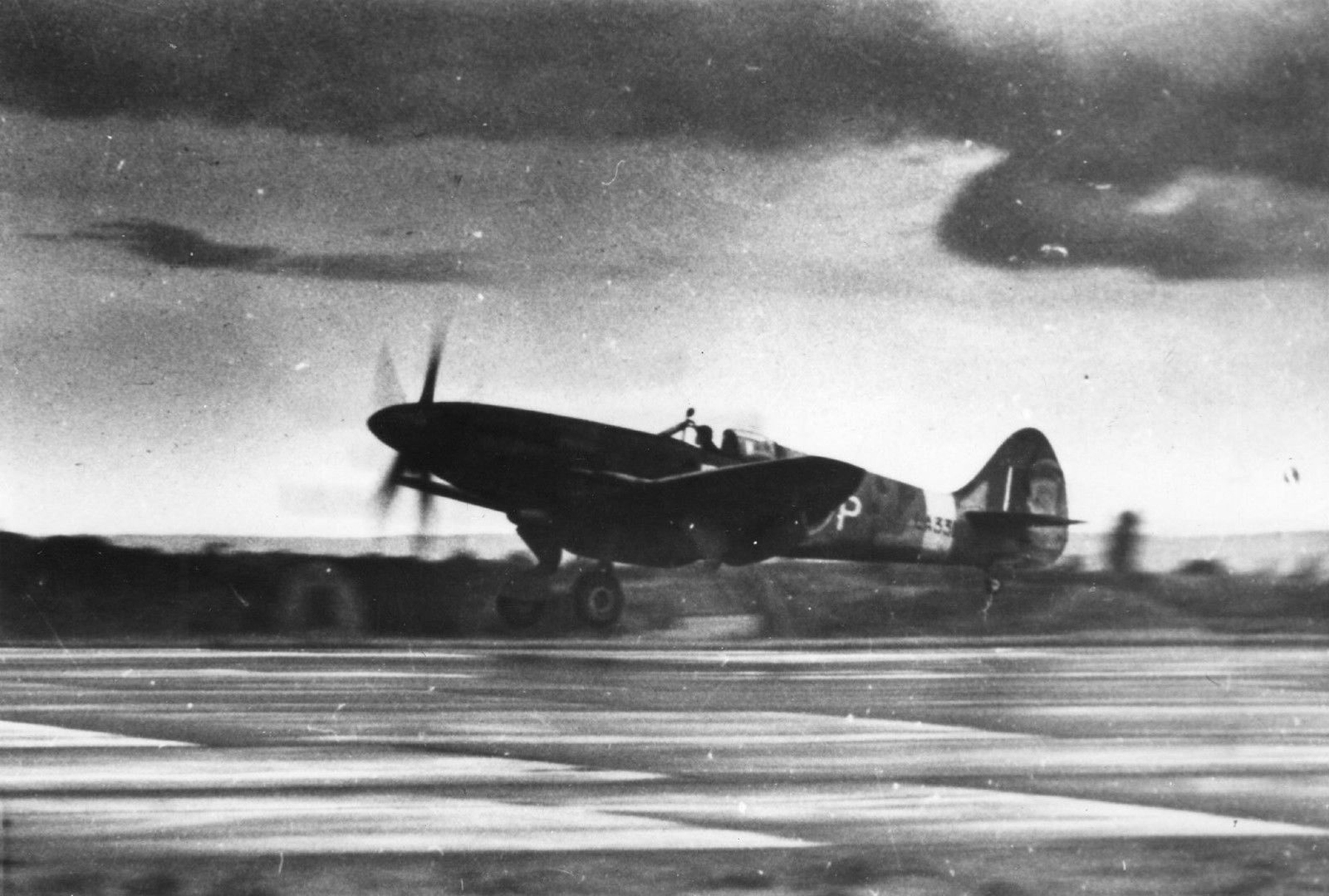 Spitfire F21 LA331 landing 01