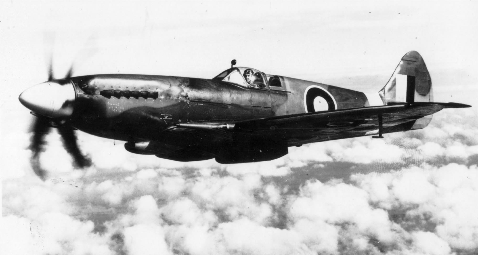 Spitfire XIVe RAF RB140 1943 web 02