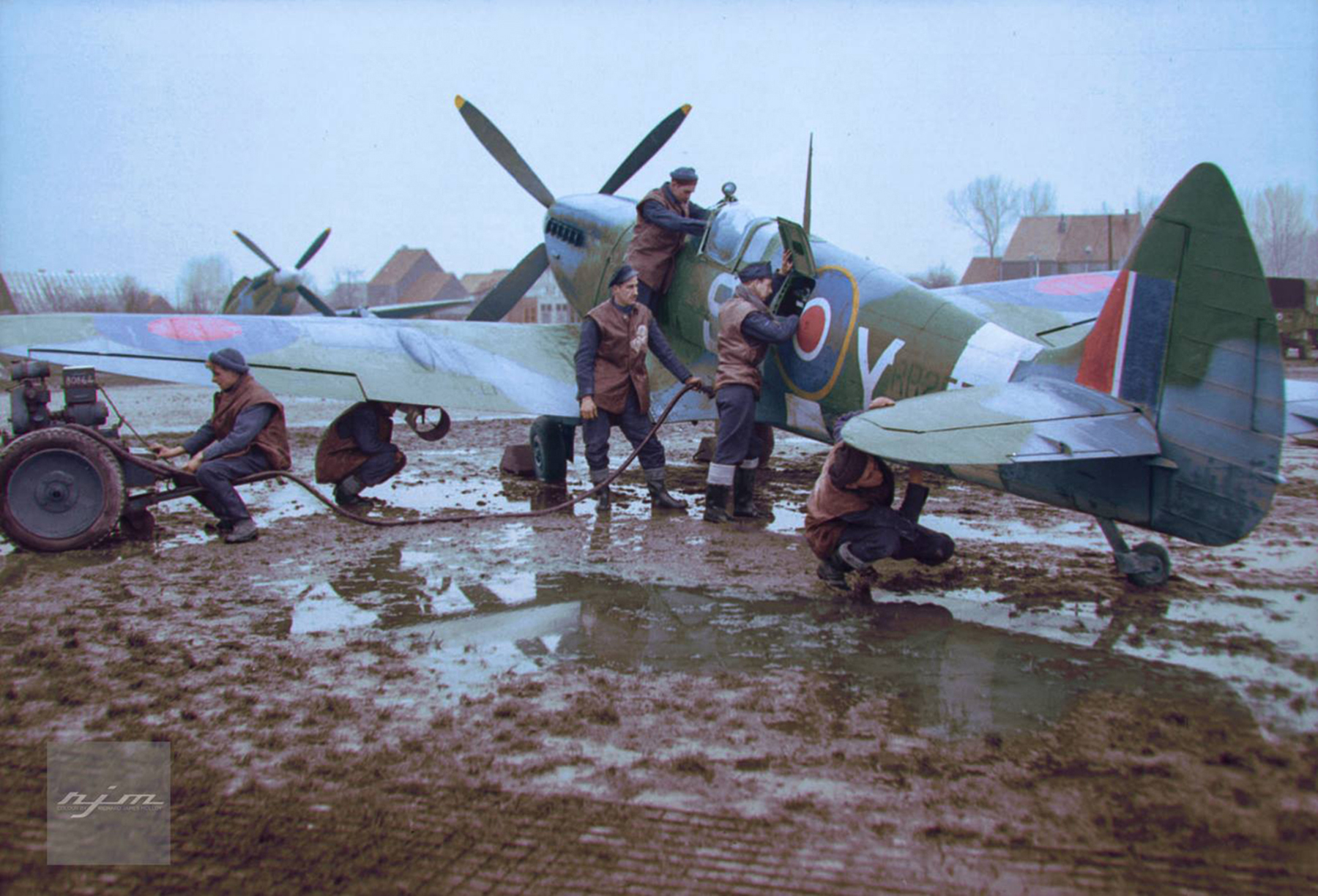 Spitfire XVI RAF 127Sqn 9NY RR257 in muddy working conditions at B60 Grimbergen Belgium 01