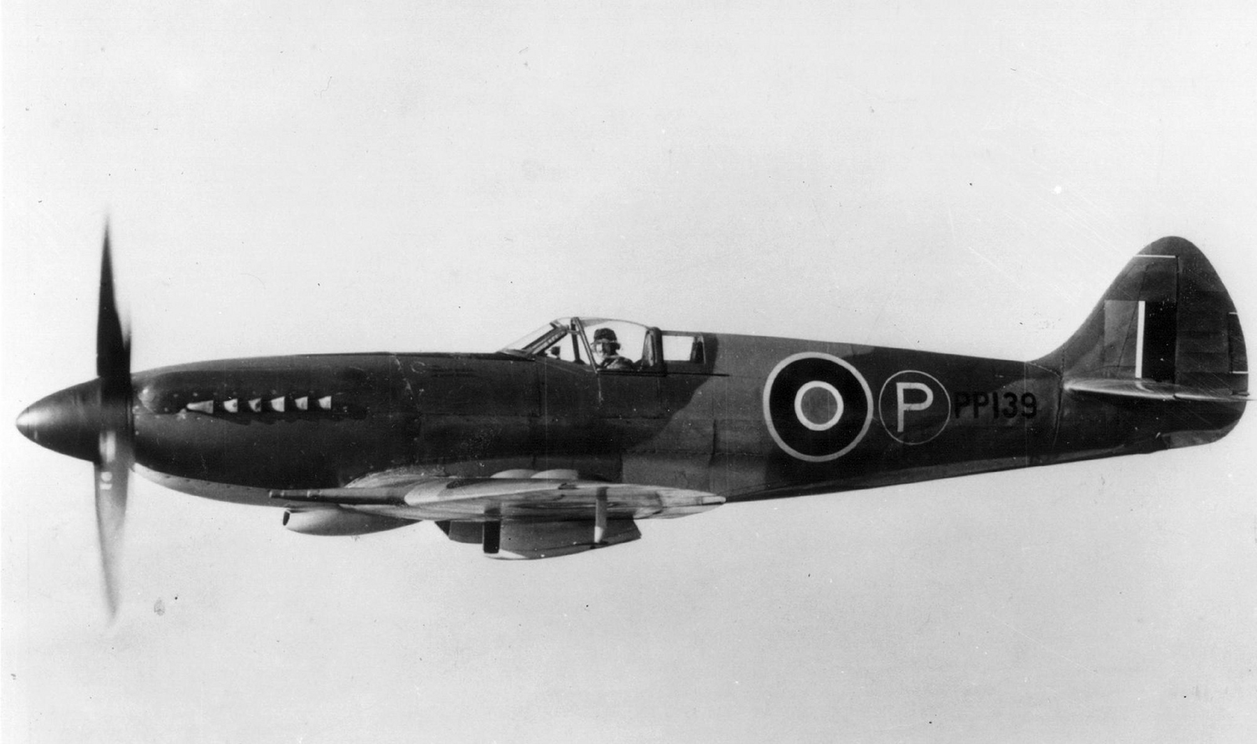 Spitfire 21 Prototype PP139 during tests over England 01