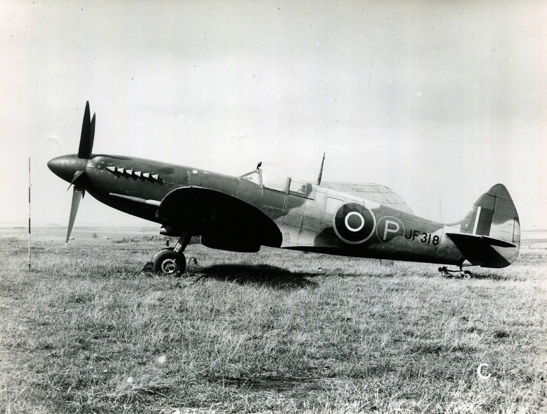 Spitfire 8 Proyotype JF318 England late 1943 01