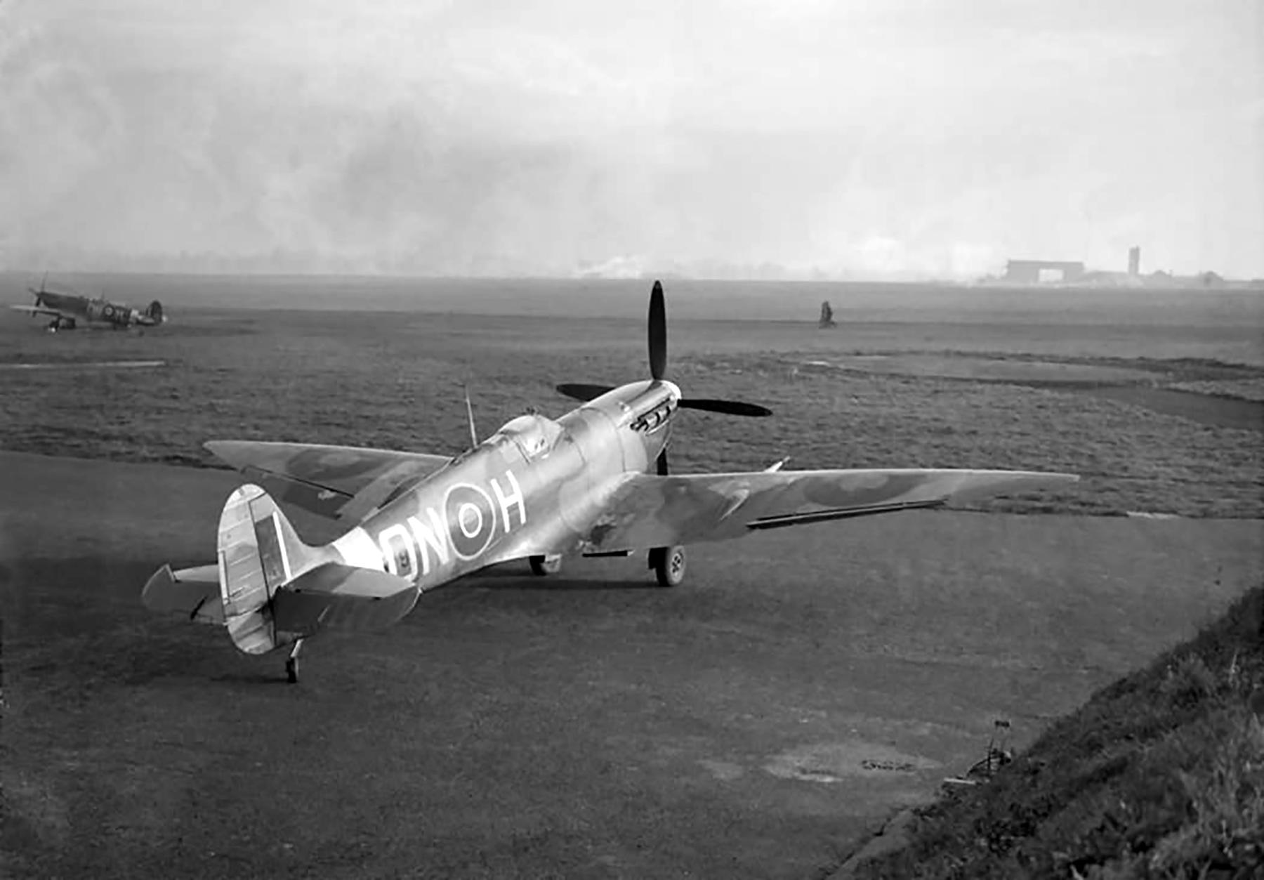 Spitfire MkVI RAF 124Sqn ONH BR579 North Weald Jun 1942 01