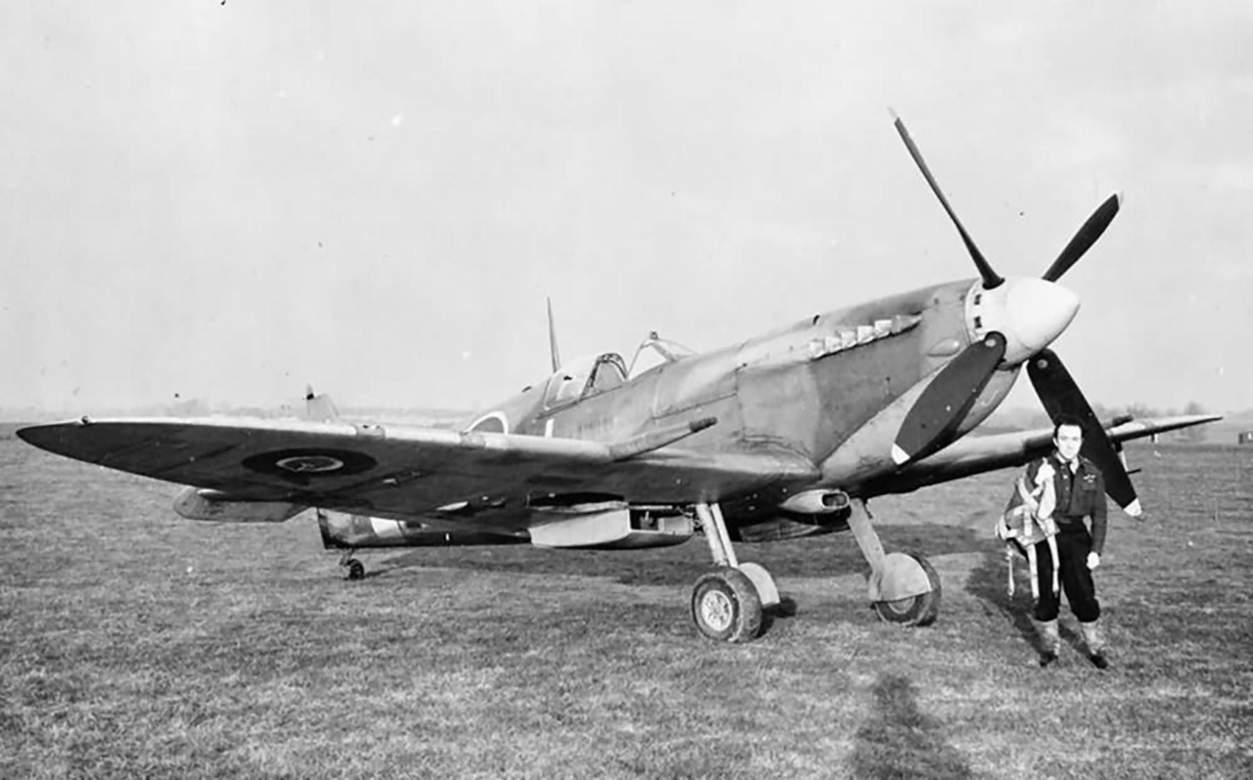 Spitfire MkIX RAF 126Sqn MTJ BS546 at Hornchurchweb web 01