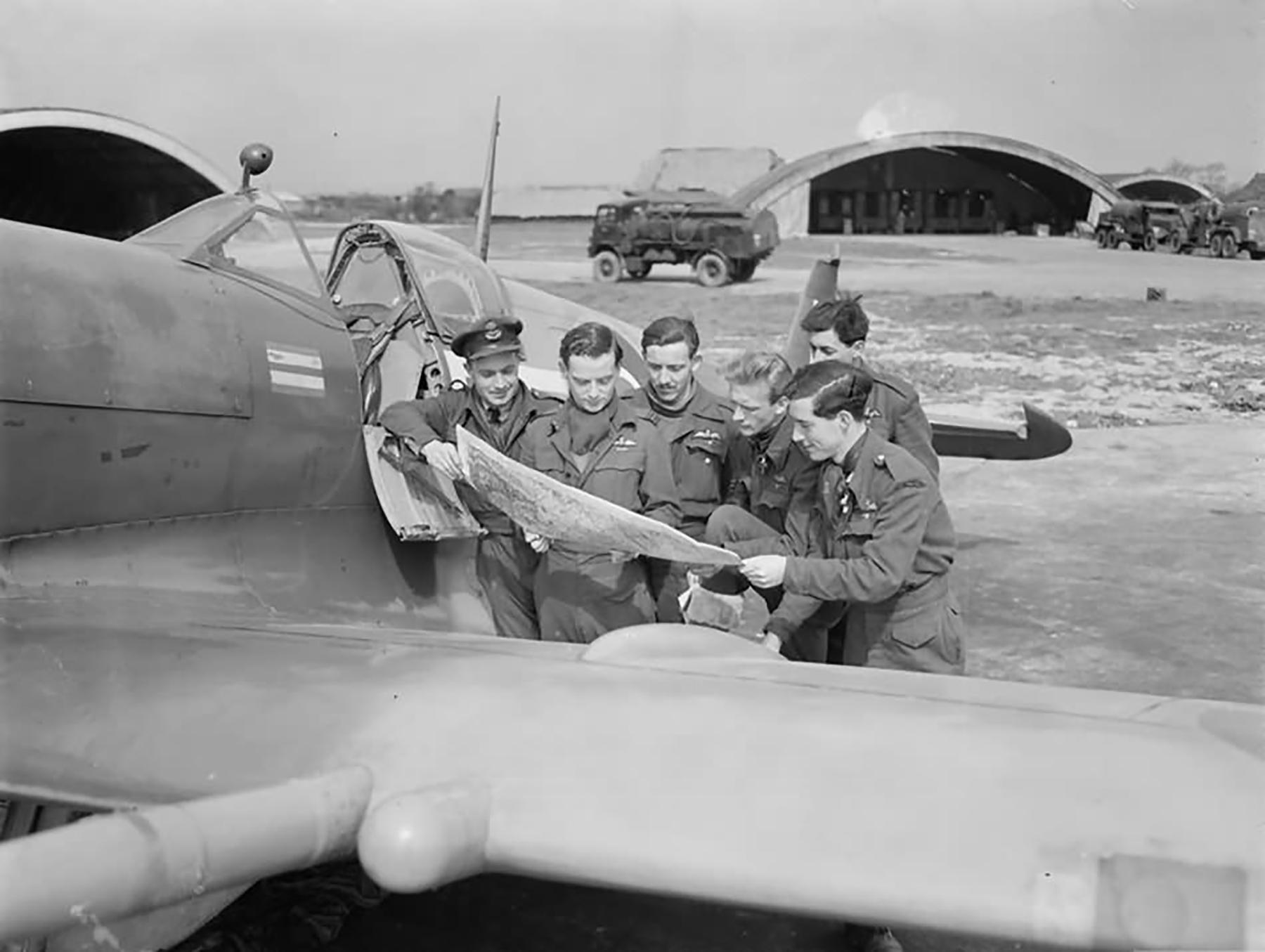 Spitfire LFIX RAF 132Sqn SqnLdr Alan Page at Ford 27th Apr 1944 01
