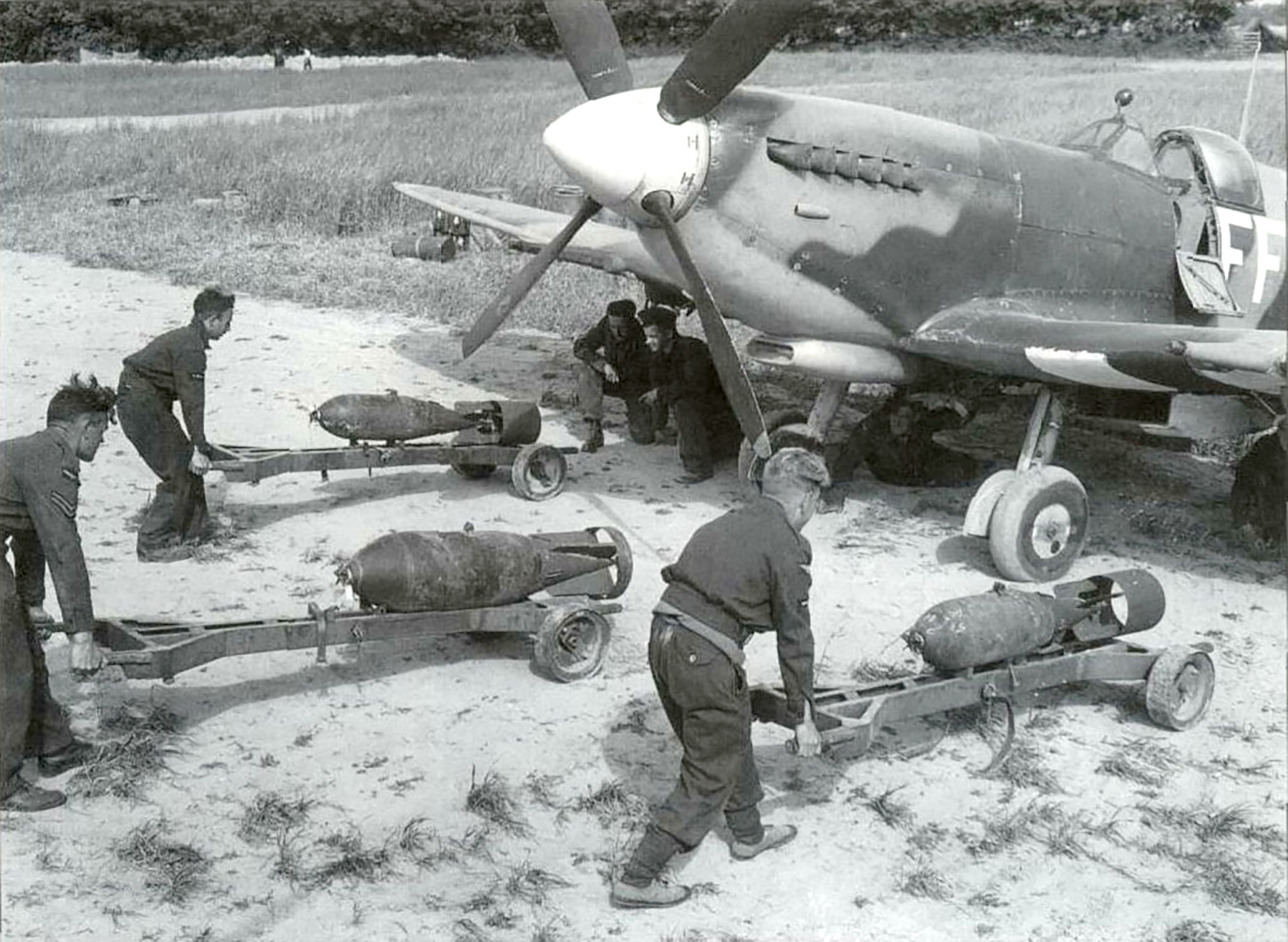 Spitfire MkIX RAF 132Sqn FF being loaded with 2x250 1x500 01