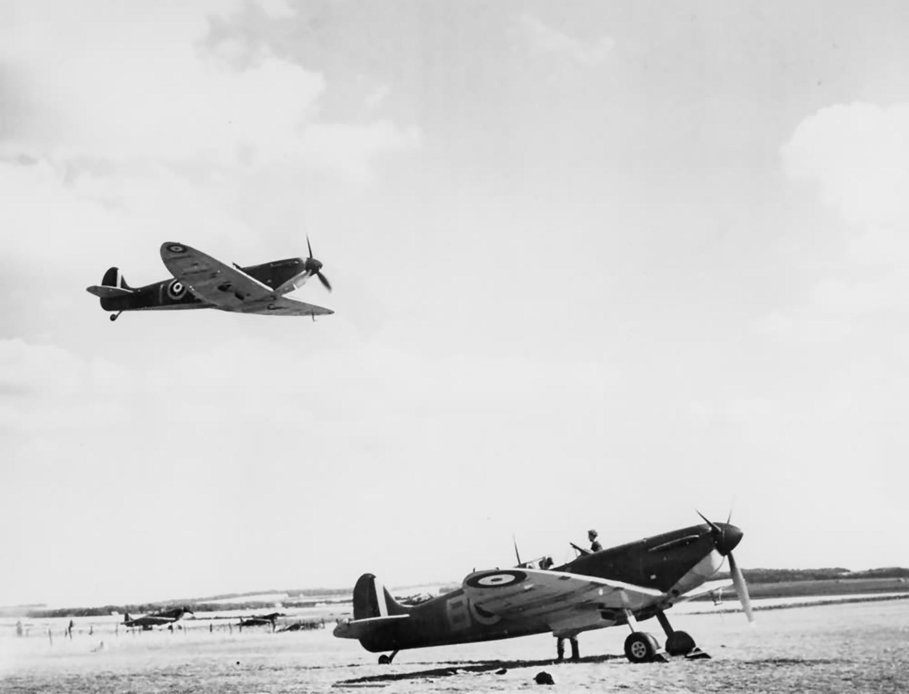 Spitfire MkIa RAF 19Sqn QVB X4179 with QVI overhead at Fowlmere Cambridgeshire 1940 web 01