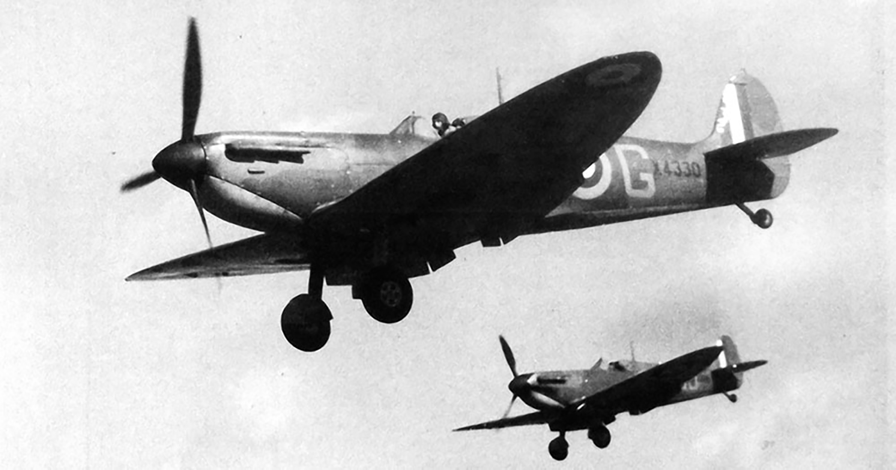 Spitfire MkIa RAF 19Sqn QVG X4330 flew with 19Sqn 609Sqn 66Sqn and 57OTU late 1940 41 01