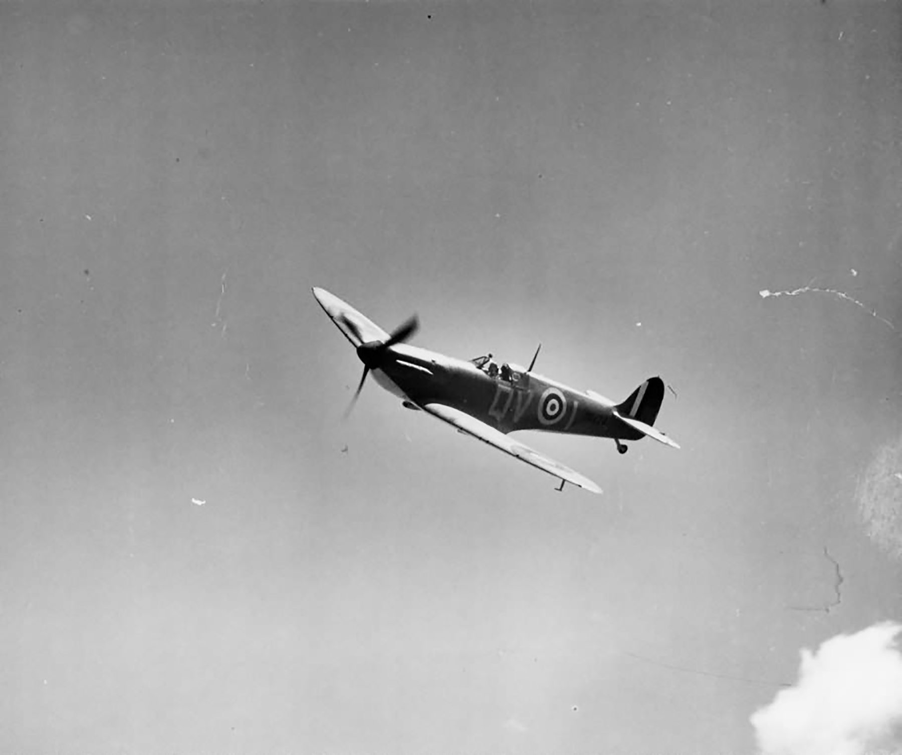Spitfire MkIa RAF 19Sqn QVI Sgt Jennings X4474 over Fowlemere Sep 1940 web 01