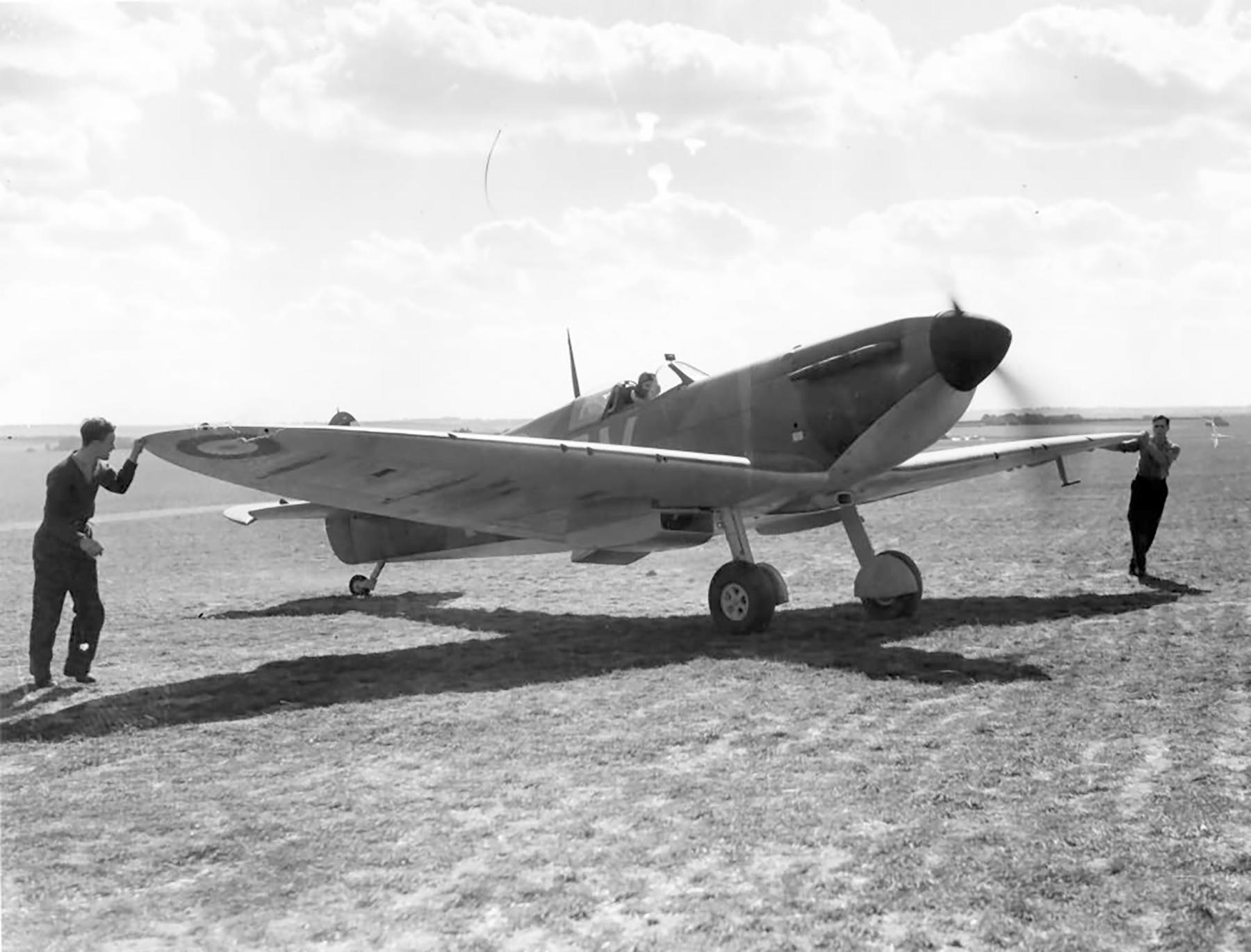 Spitfire MkIa RAF 19Sqn QVI X4474 at Fowlmere Cambridgeshire Sep 1940 web 02
