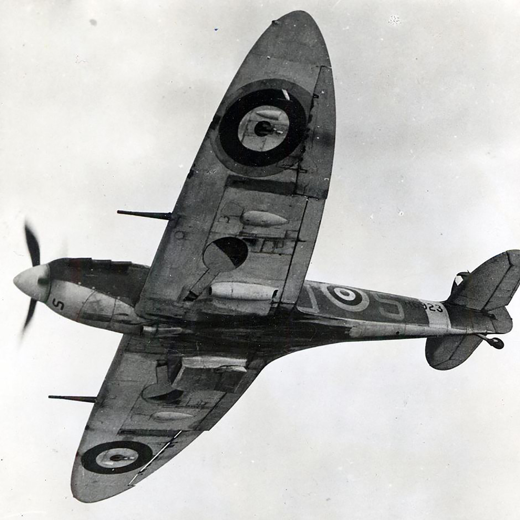 Spitfire MkVb RAF 19Sqn QVS R6923 cannon wing fitted July 1940 01