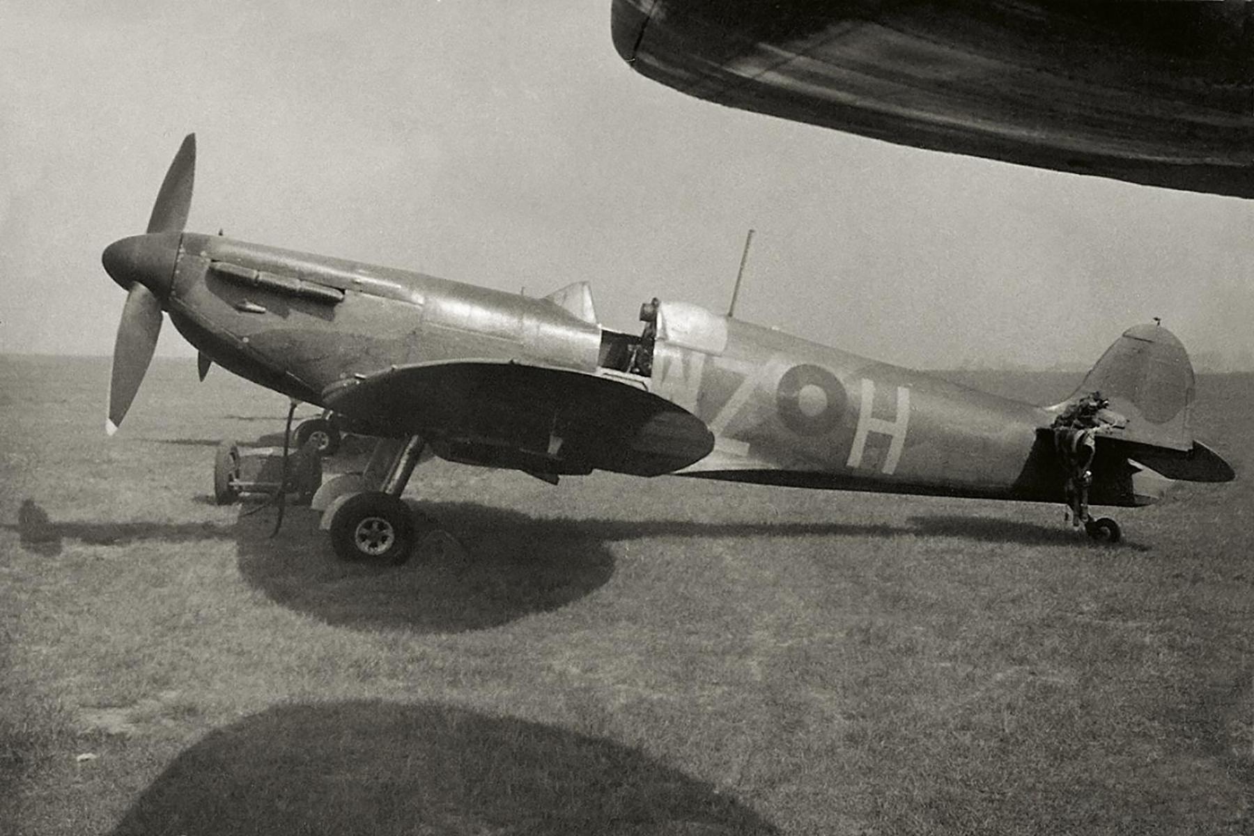 Spitfires MkI RAF 19Sqn WZH England May 1938 01