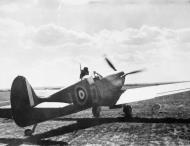 Asisbiz Spitfire MkIa RAF 19Sqn QVI Sgt Jennings X4474 Fowlemere Sep 1940 IWM CH1446