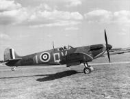 Asisbiz Spitfire MkIa RAF 19Sqn QVI X4474 at Fowlmere Cambridgeshire Sep 1940 IWM CH1451