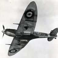 Asisbiz Spitfire MkVb RAF 19Sqn QVS R6923 cannon wing fitted July 1940 01