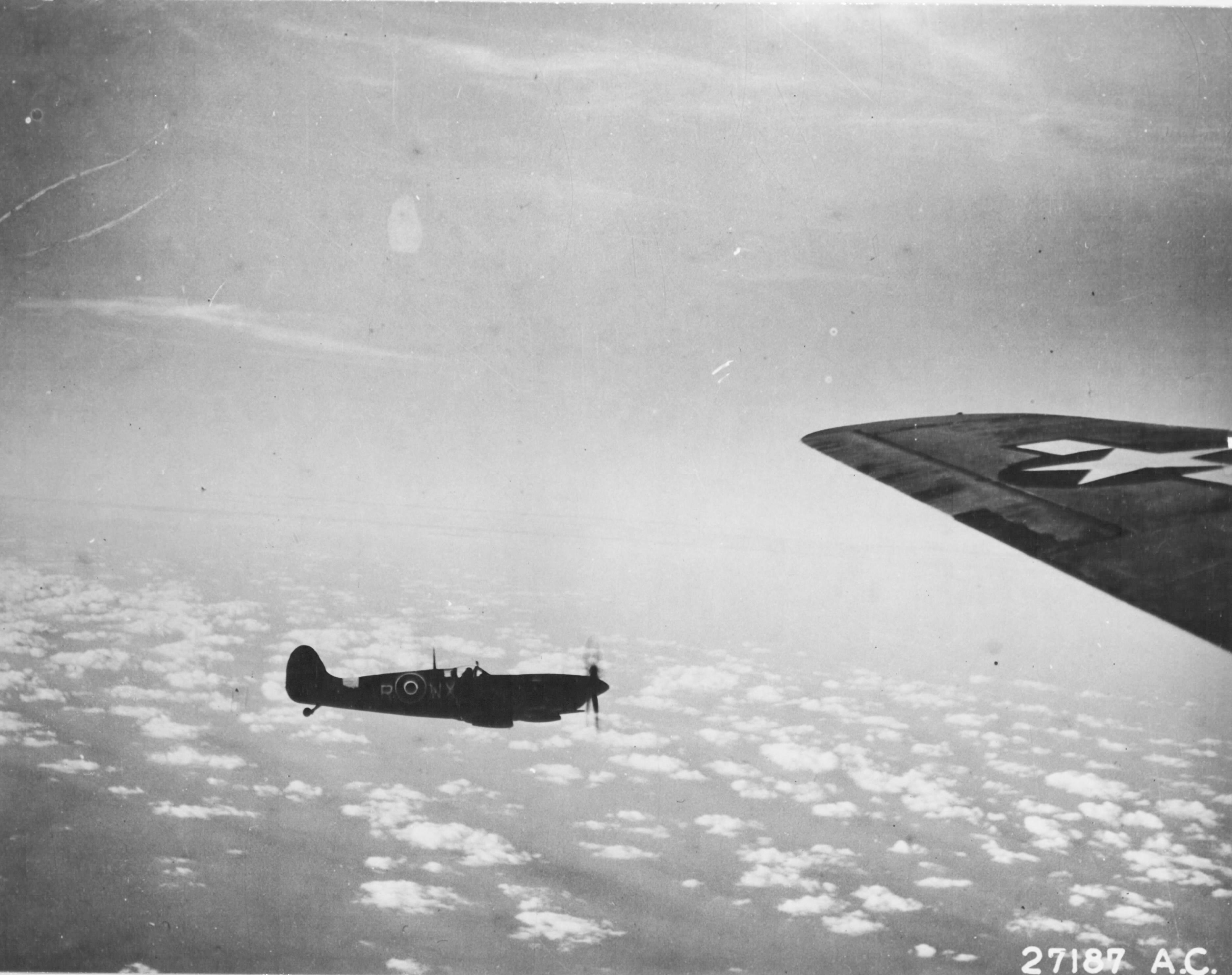 Spitfire MkIX RAF 302Sqn WXR MH869 escorts 8AF B 17 Fortress over France early 1944 02