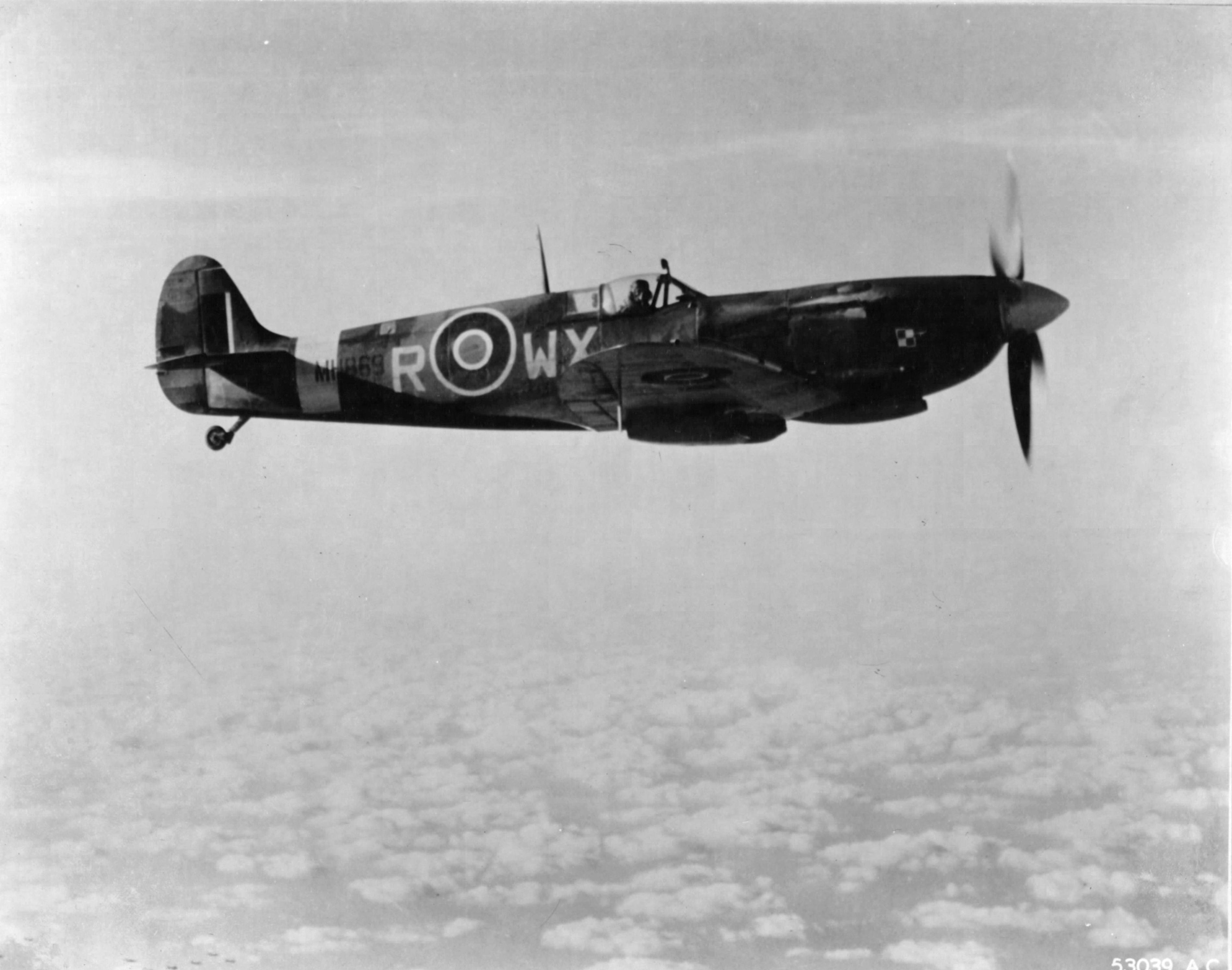 Spitfire MkIX RAF 302Sqn WXR MH869 escorts 8AF B 17 Fortress over France early 1944 04