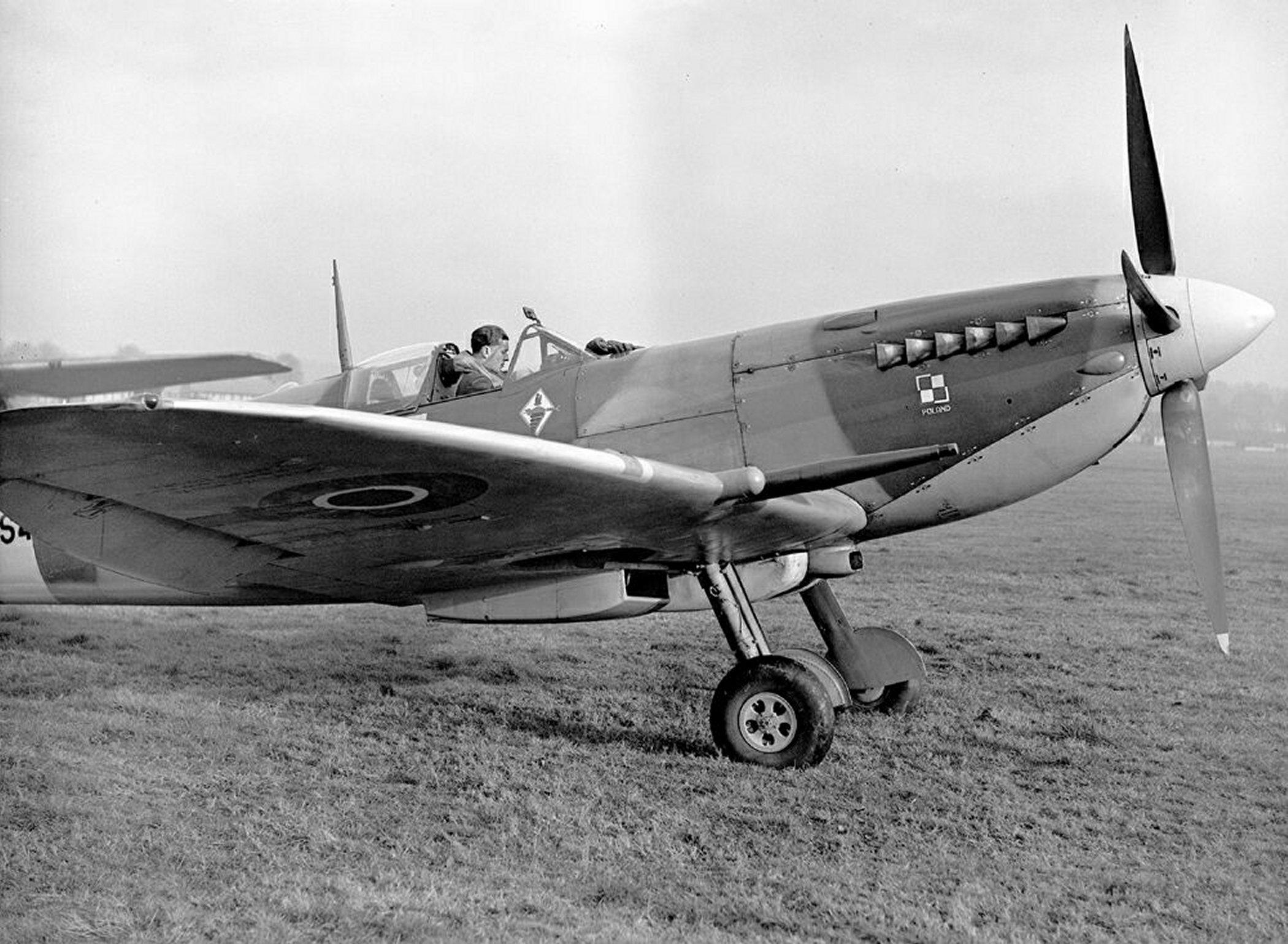 Spitfire MkIXc RAF 306Sqn UZZ Joseph Zulikowskiego BS456 Northolt England Nov 16 1942 04