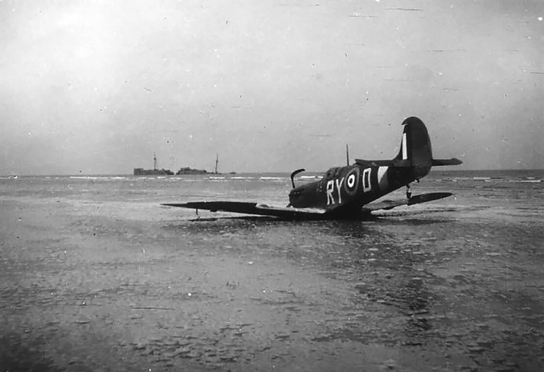 Spitfire MkVb RAF 313Sqn Czech RYD force landed 01