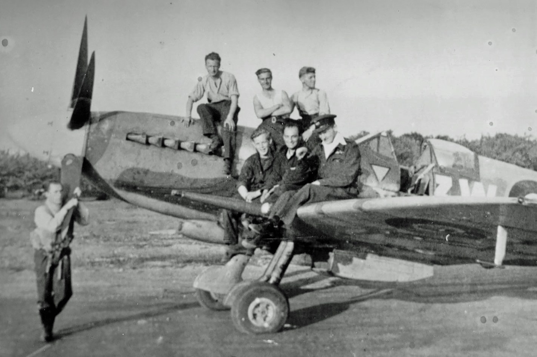 Aircrew and members of 322 Squadron with a Spitfire 01