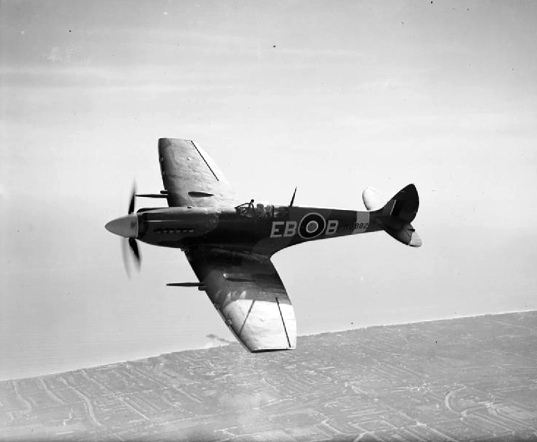 Spitfire XII RAF 41Sqn EBB Don Smith MB882 over Eastbourne 1943 01