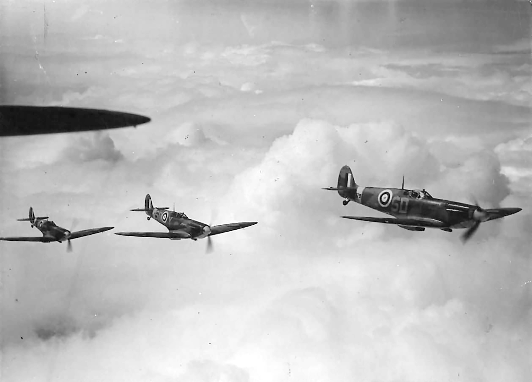 Spitfire MkIa RAF 501Sqn SD formation on patrol over England 1941 01