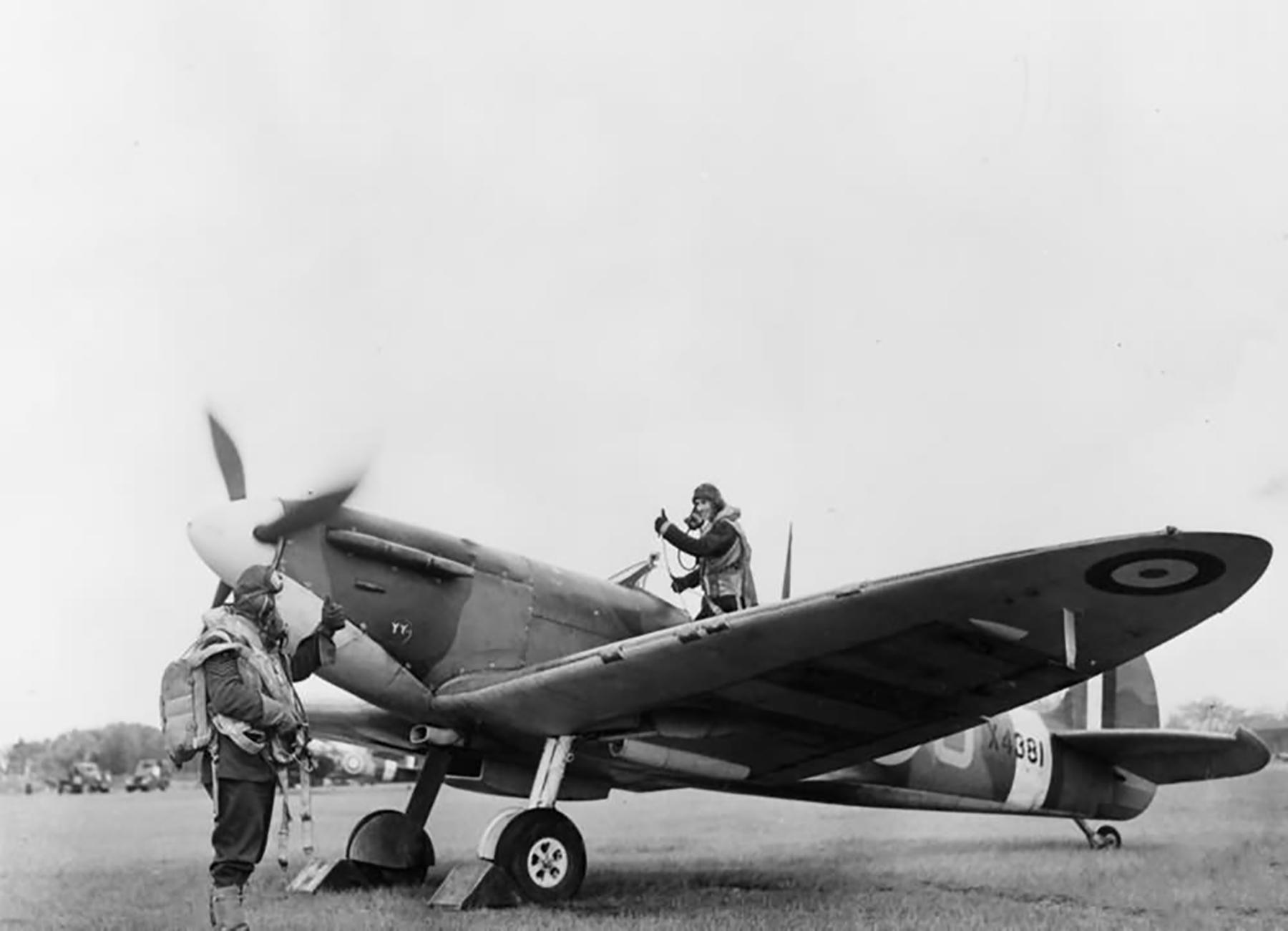 Spitfire MkIa RAF 501Sqn SDJ X4381 at Colerne web 01
