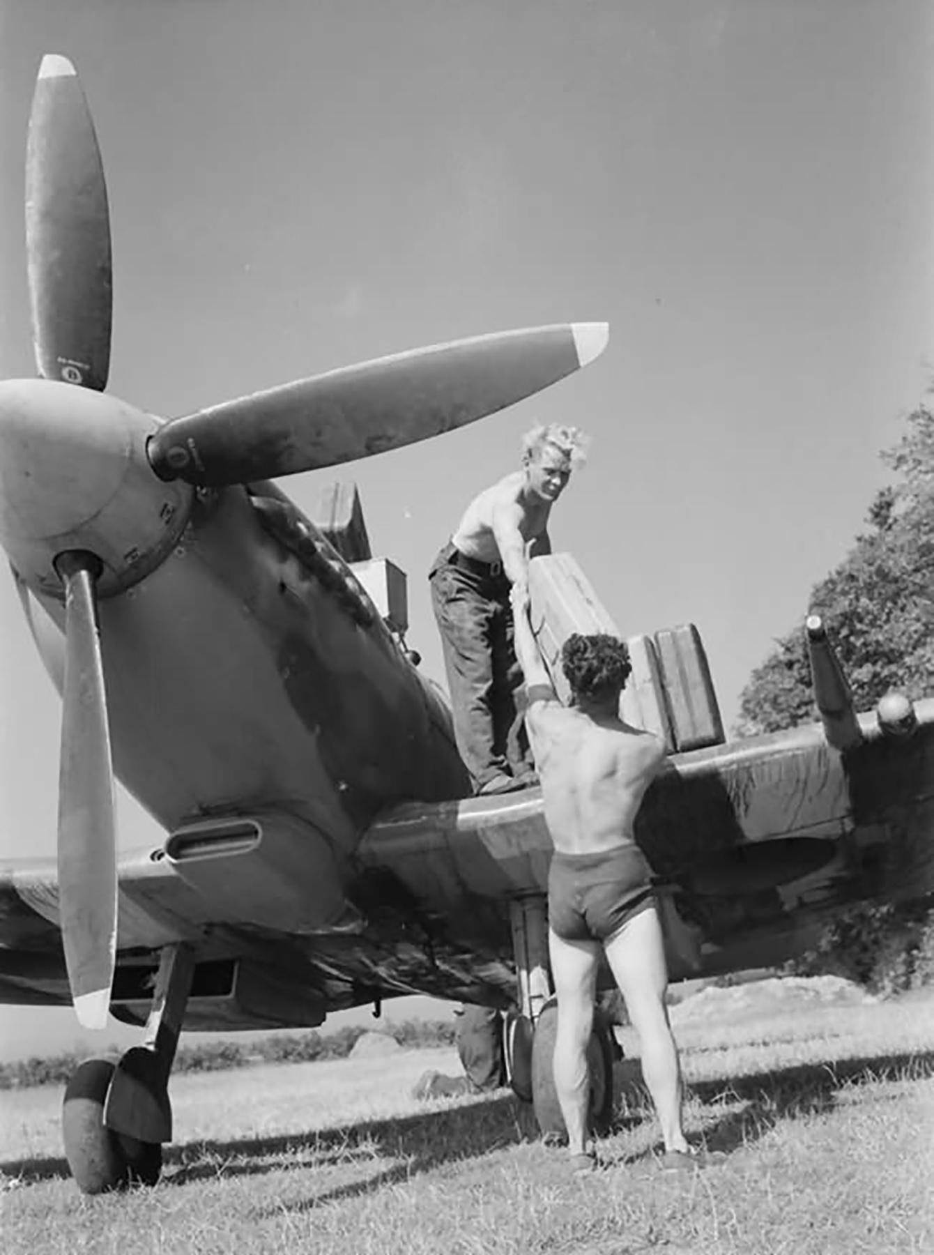 Spitfire MkIX RAF 602Sqn at Longues sur Mer 19th July 1944 web 01