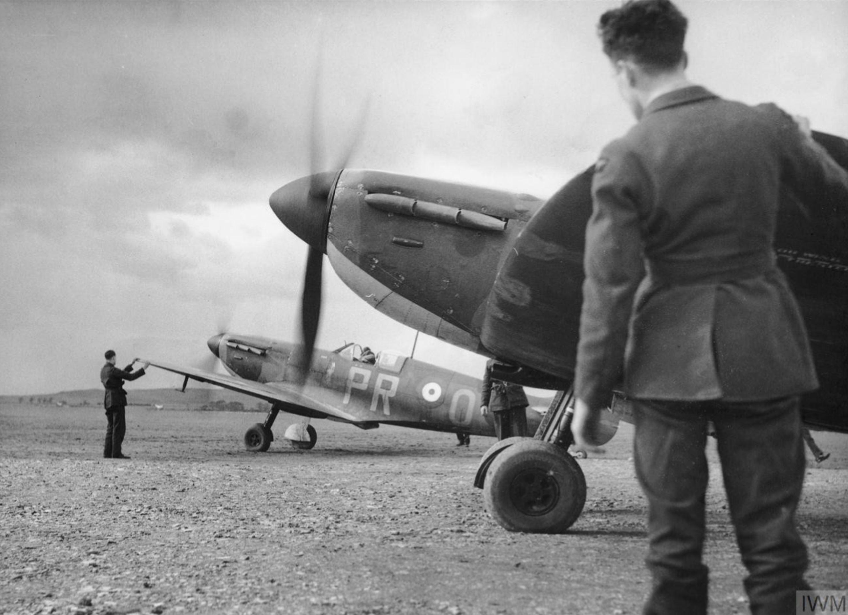 Spitfire MkI RAF 609Sqn PRO at Drem Feb 1940 IWM HU104509