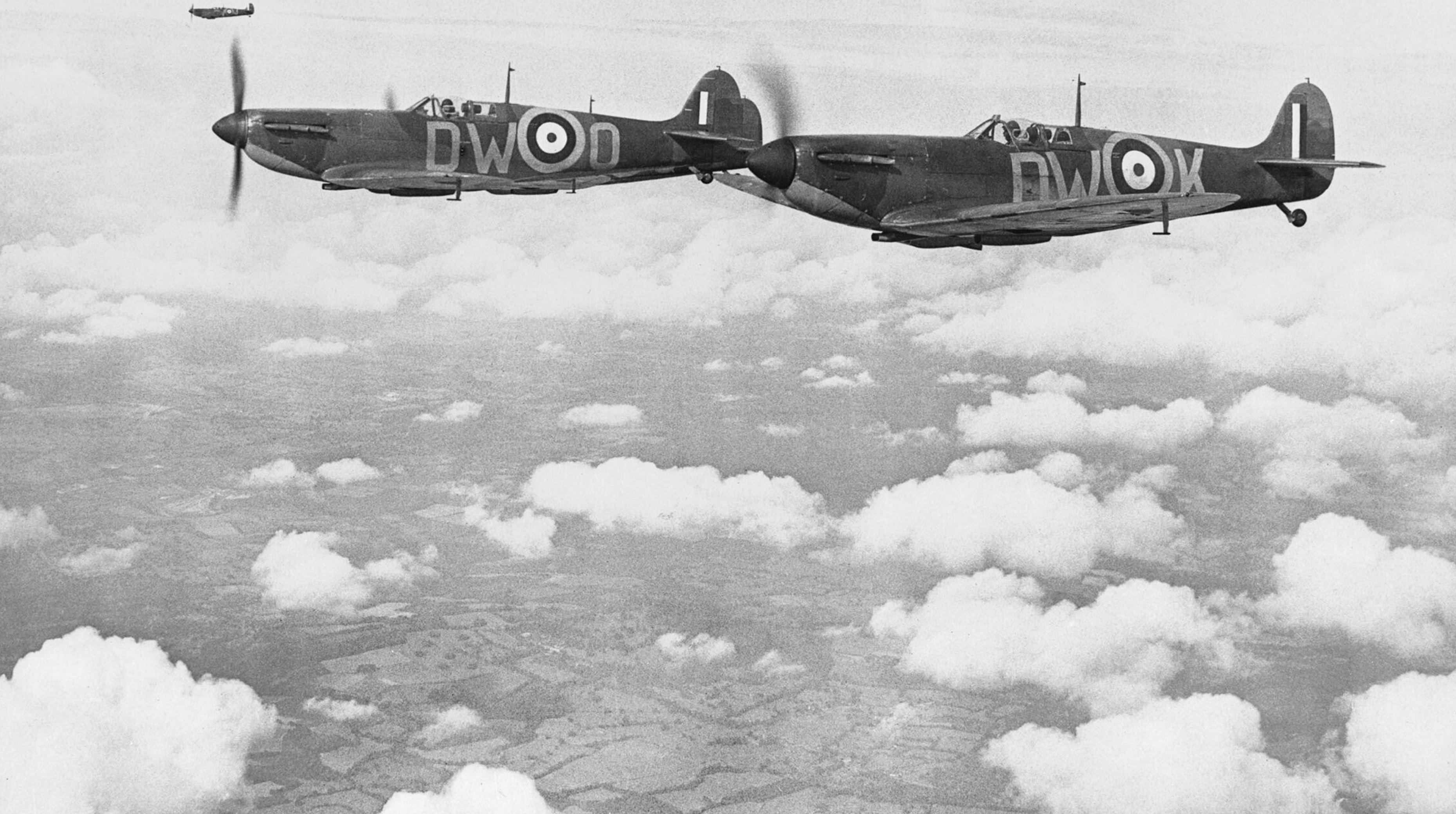 Spitfire MkIa RAF 610Sqn DWK N3289 n DWO R6595 in vic formation Biggin Hill Kent 1940 IWM CH740b