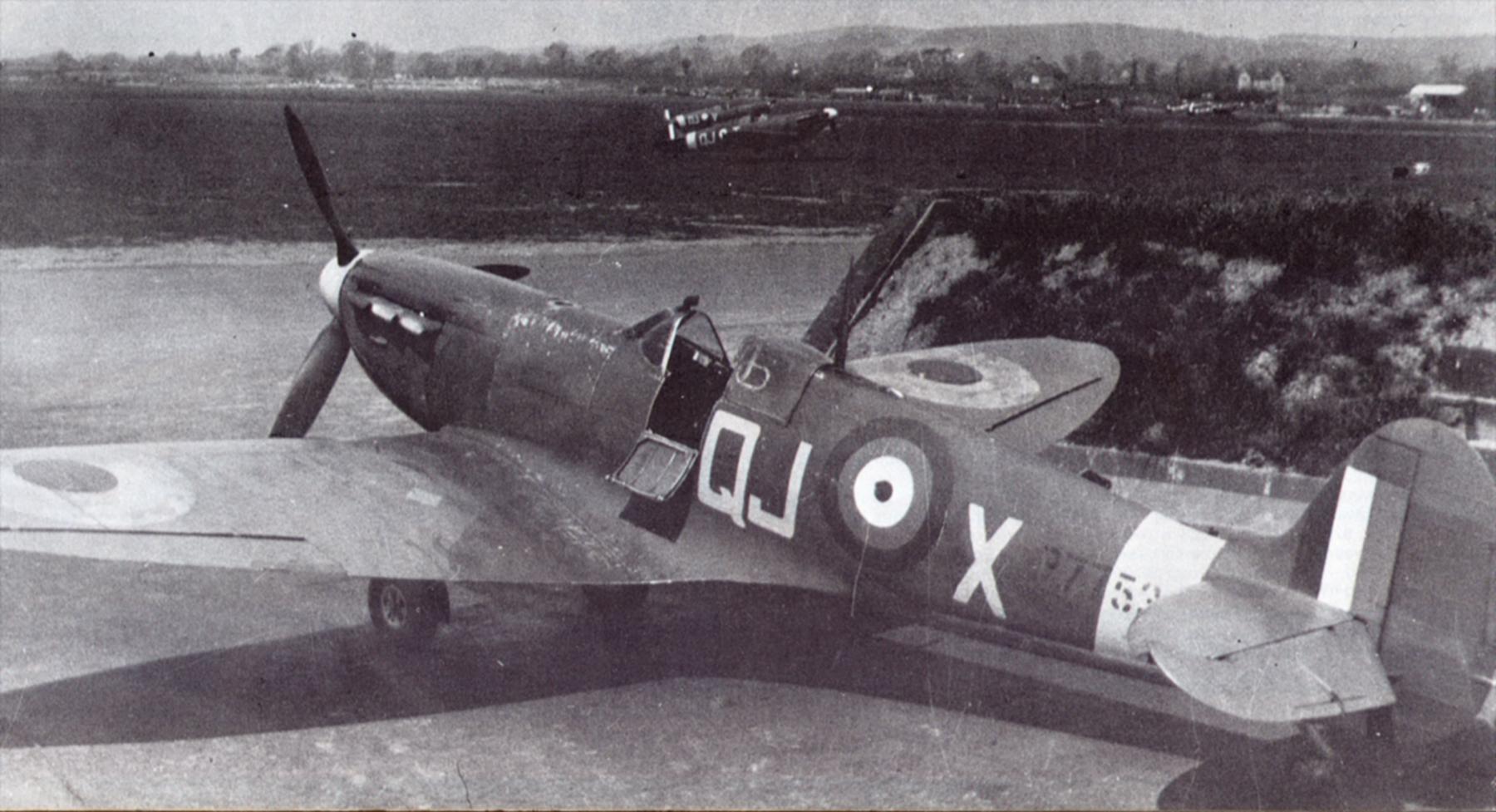 Spitfire MkIIa RAF 616Sqn QJX L.H Casson P7753 Tangmere 1941 01