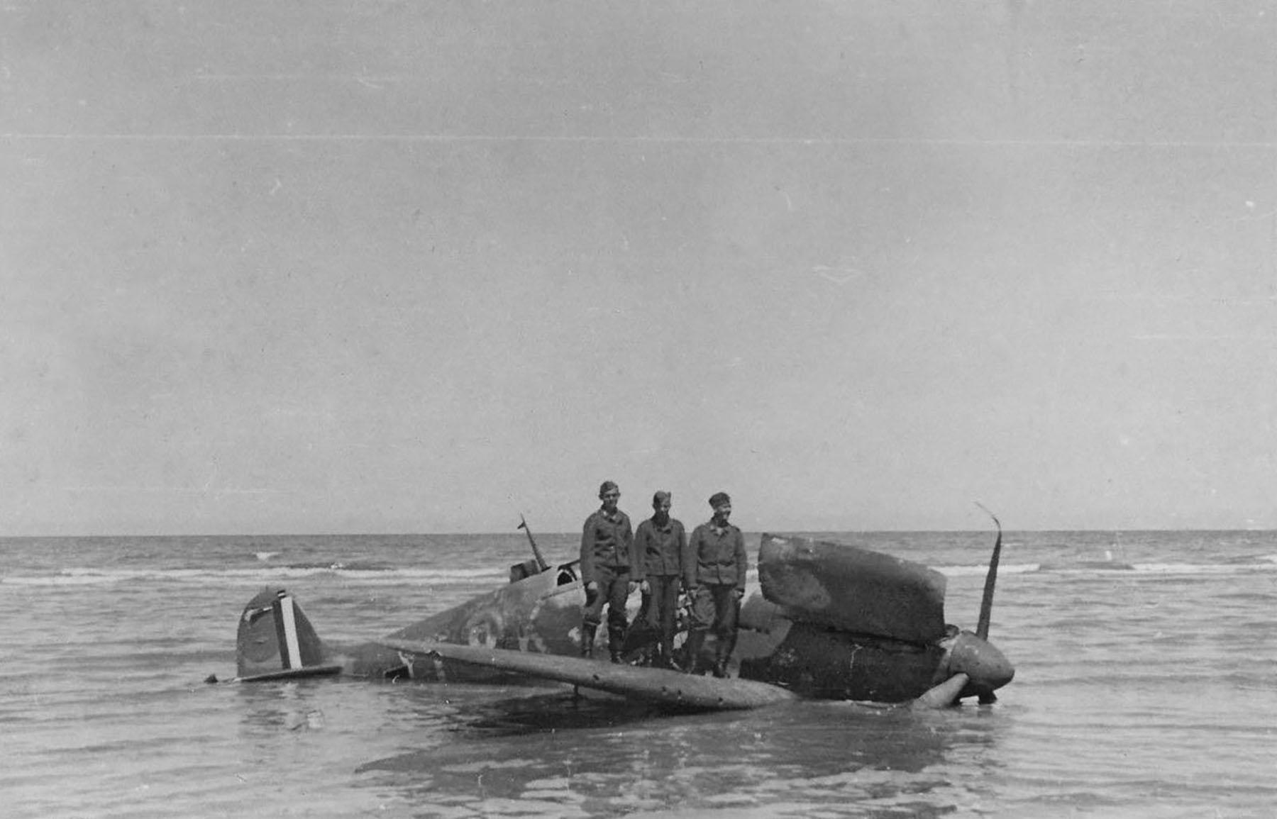 Spitfire MkIIa RAF 65Sqn YTK force landed Dunkirk France 1940 01