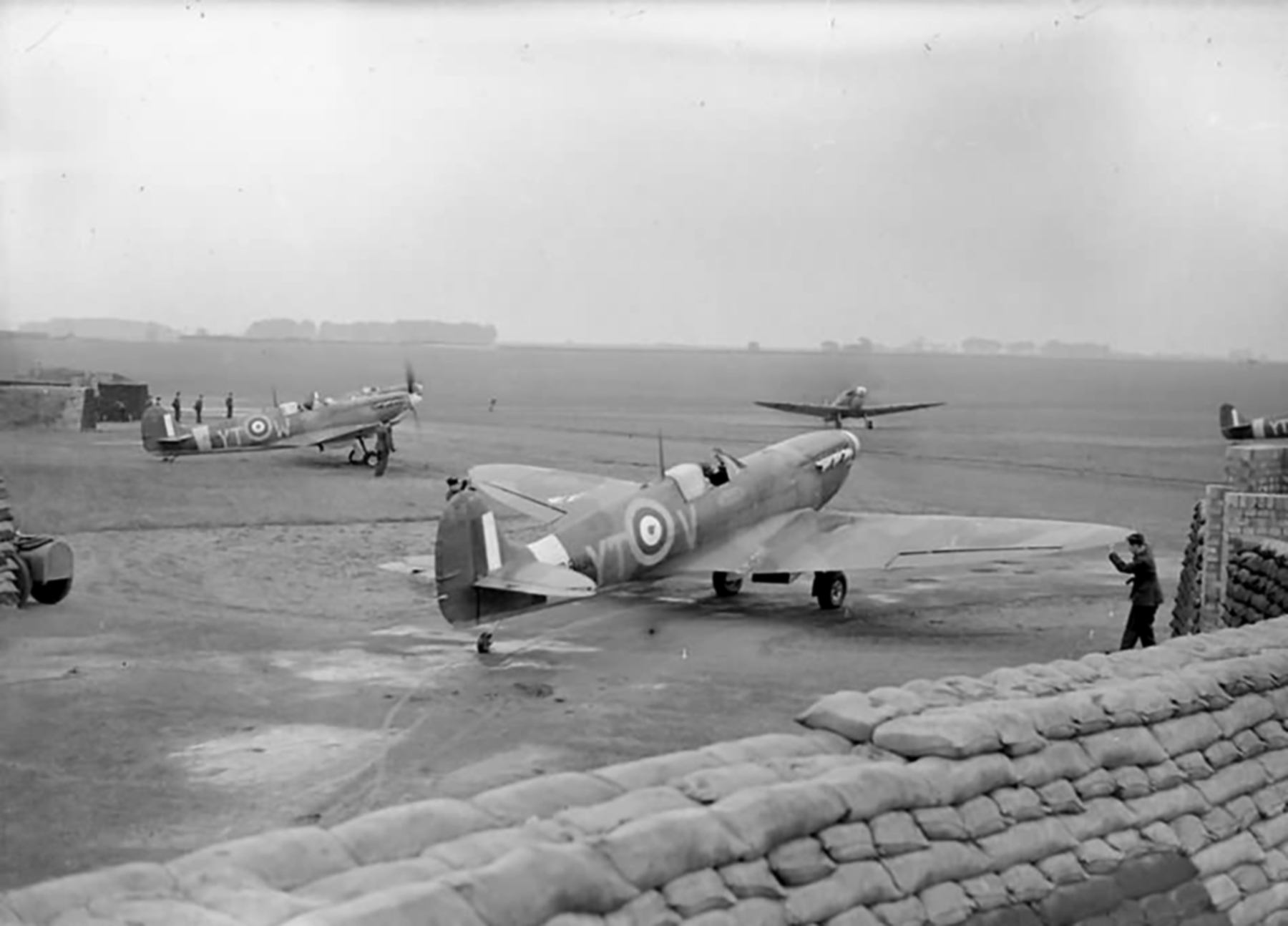 Spitfire MkIIa RAF 65Sqn YTV and YTW at Kirton in Lindsey England 1941 01