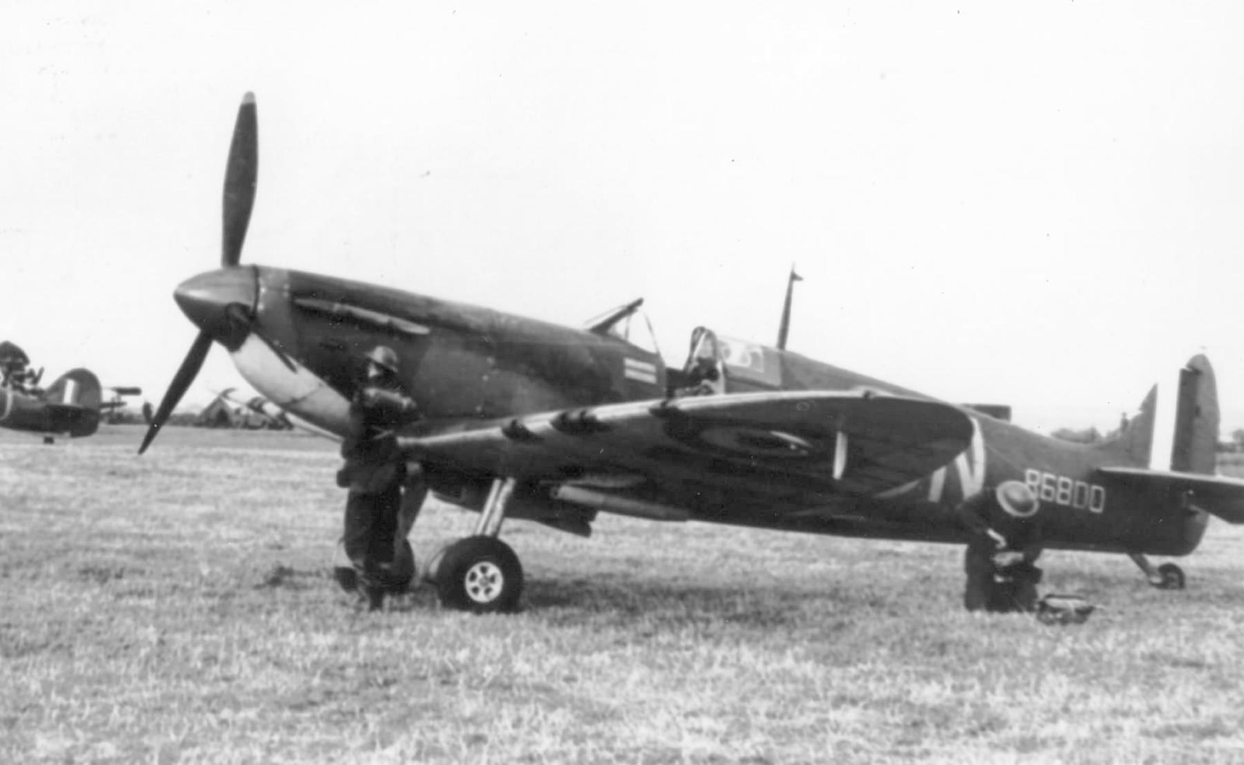 Spitfire MkIa RAF 66Sqn LZN Sqn Ldr Rupert Leigh R6800 LZN at Gravesend 1940 web 01
