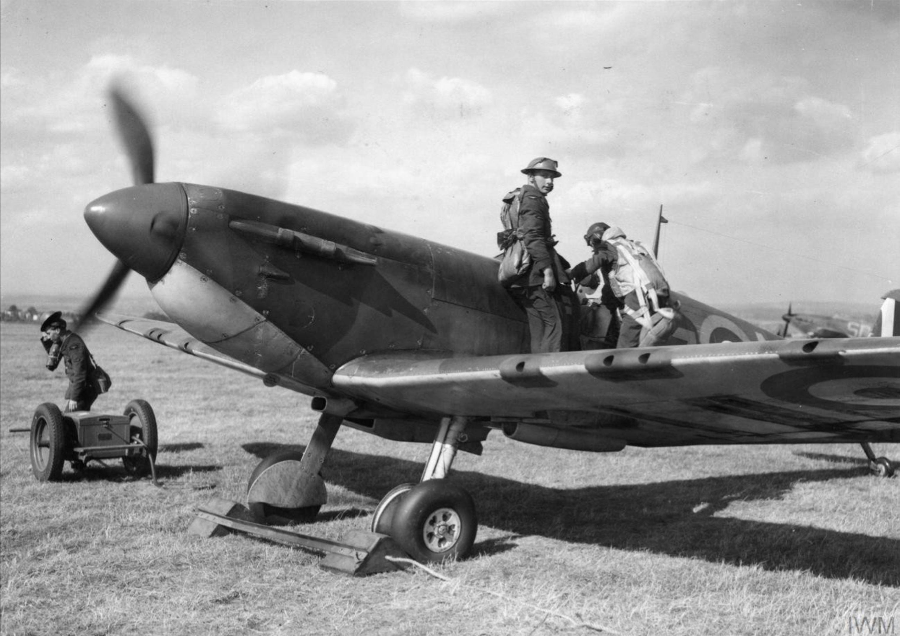 Spitfire MkIa RAF 66Sqn LZN Sqn Ldr Rupert Leigh R6800 LZN at Gravesend Sep 1940 IWM HU104504