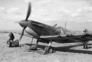 Asisbiz Spitfire MkIa RAF 66Sqn LZN Sqn Ldr Rupert Leigh R6800 LZN at Gravesend Sep 1940 IWM HU104503