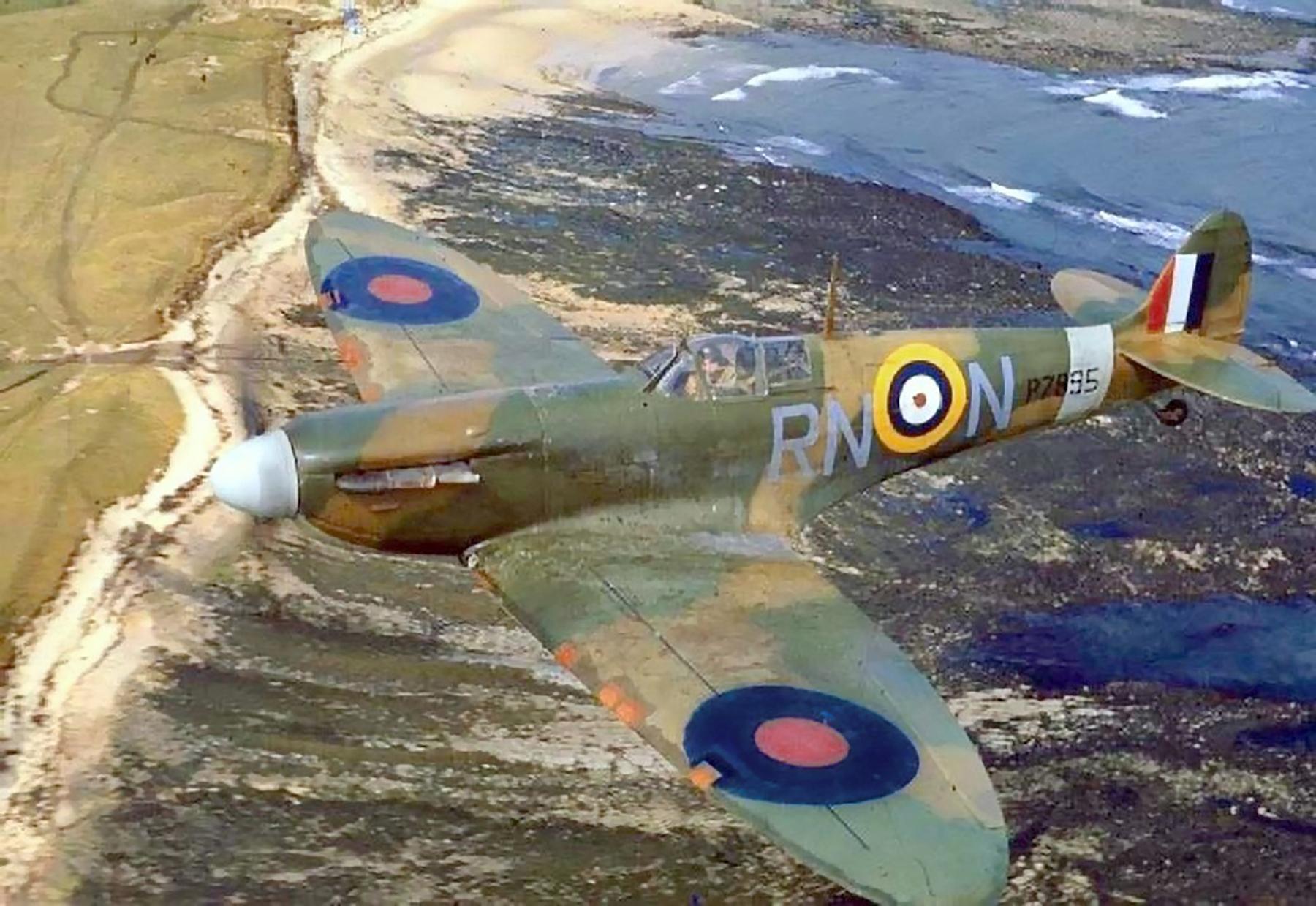 Spitfire MkIIa RAF 72Sqn RNN P7895 April 1941 01