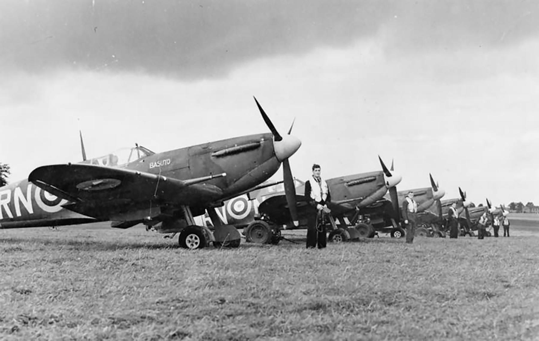 Spitfire MkVb RAF 72Sqn RNN line up 1941 01