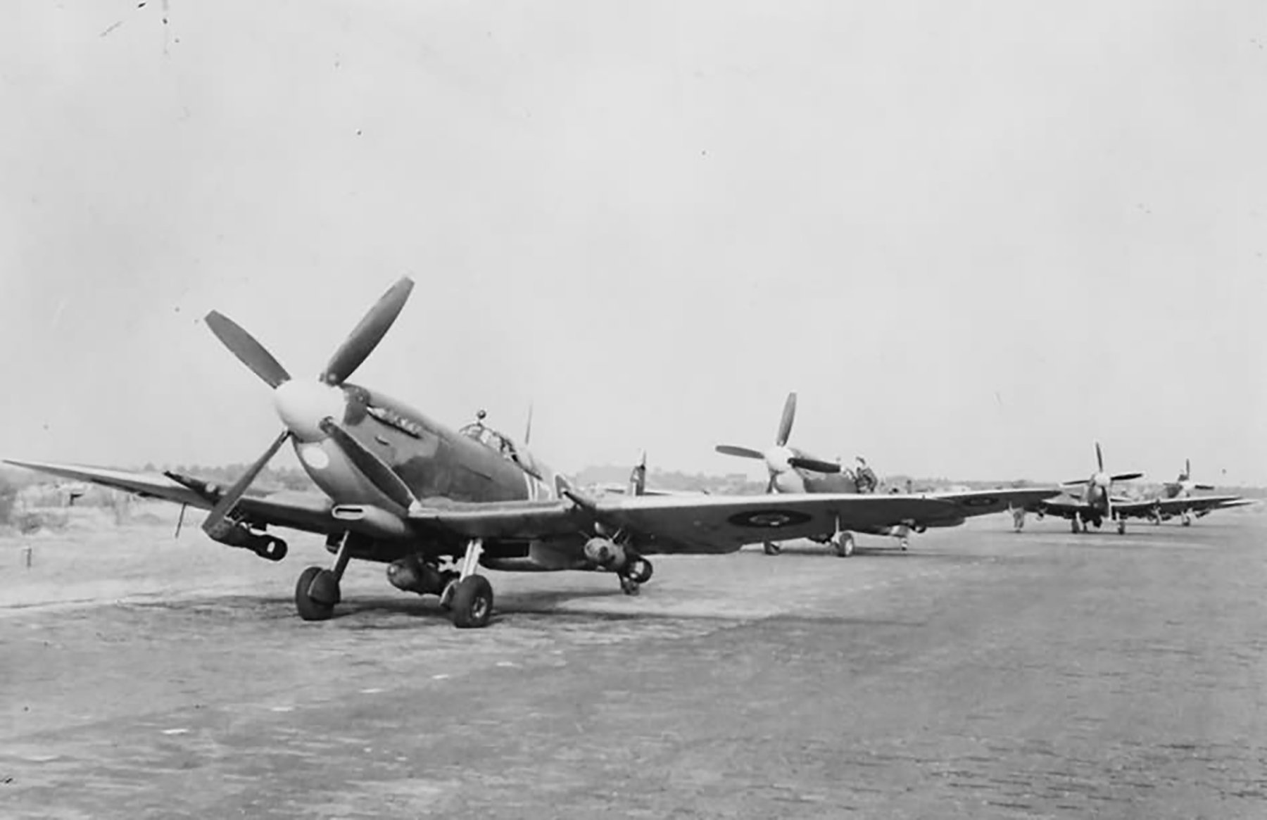 Spitfire MkIXe RCAF 412Sqn VZ waiting the go signal at Volkel Oct 1944 web 01