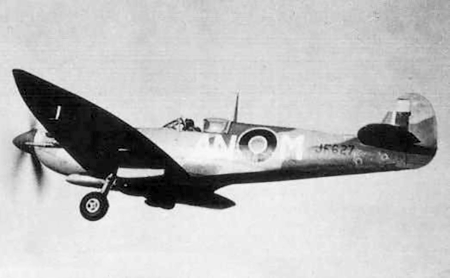 Spitfire MkVII c wing RCAF 417Sqn ANM JF627 Italy 1944 01