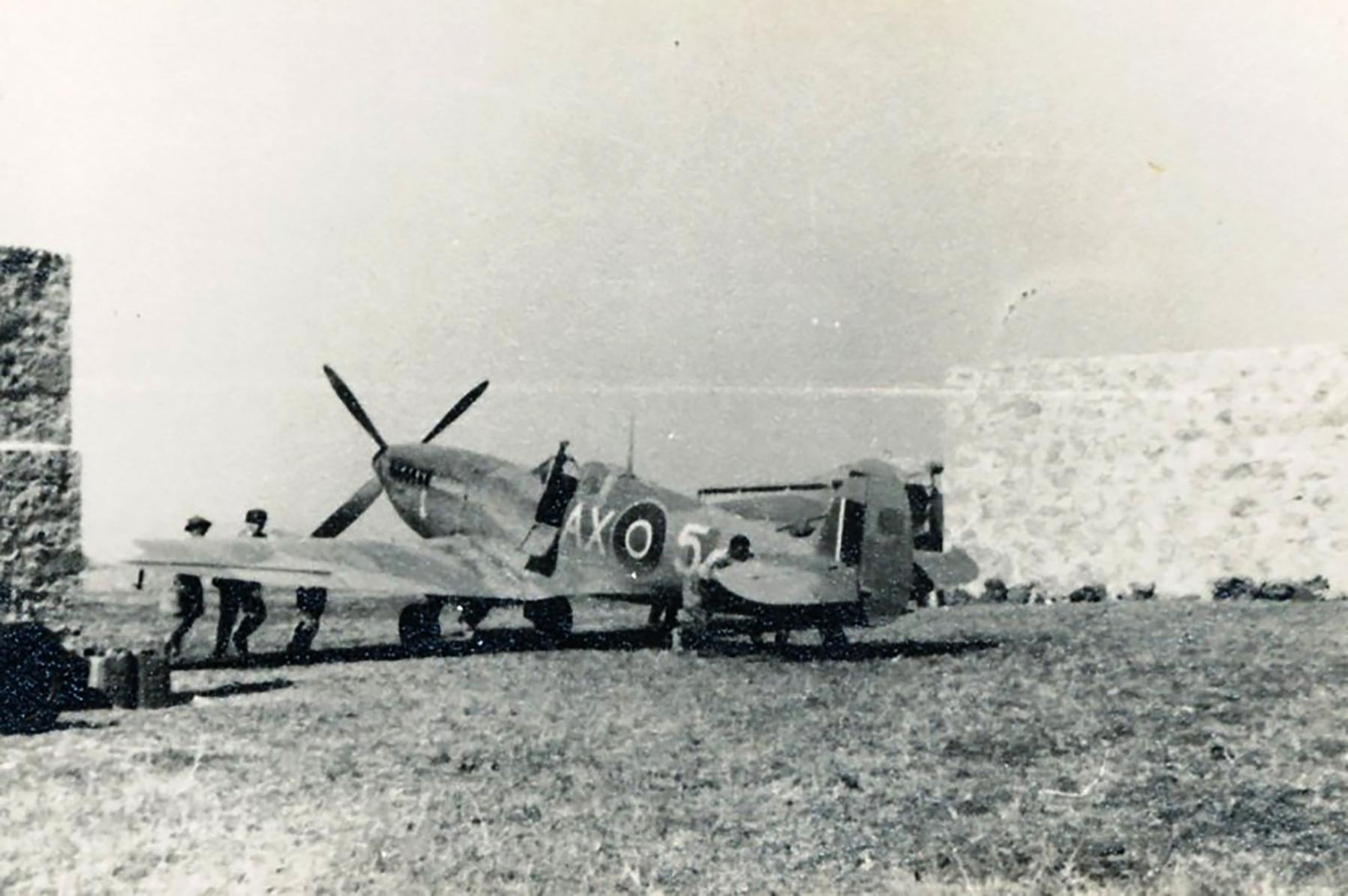 Spitfire MkIX SAAF 1Sqn AX5 Italy 1943 01