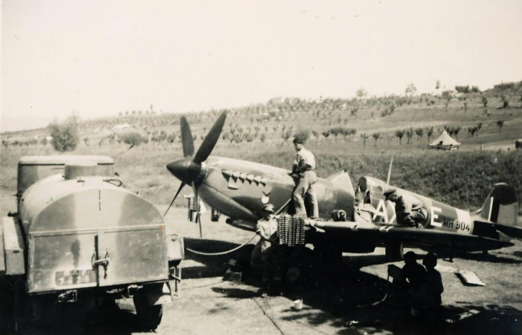 Spitfire MkIX SAAF 1Sqn AXE MH904 Italy 1943 03