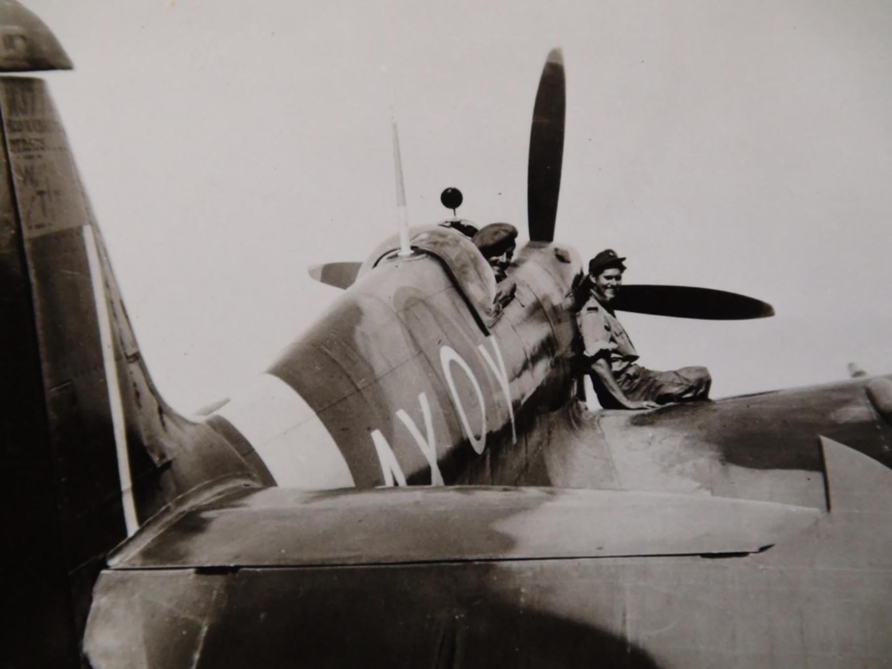 Spitfire MkIX SAAF 1Sqn AXY MA423 Italy 1943 02