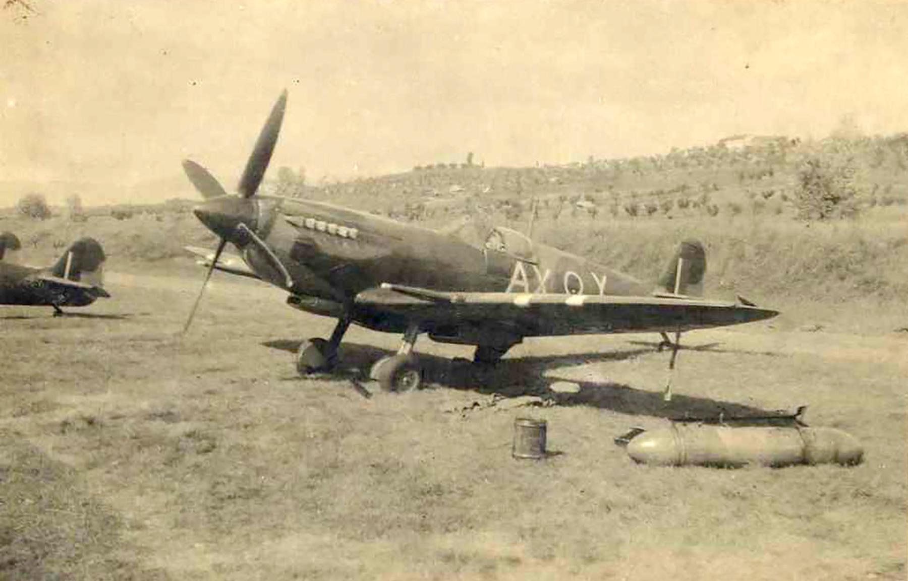 Spitfire MkIX SAAF 1Sqn AXY MA423 Italy 1943 03