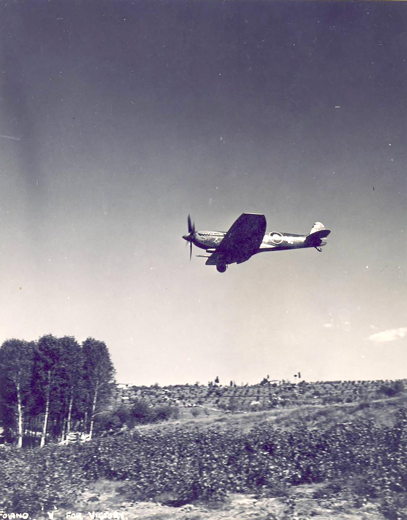 Spitfire MkIX SAAF 2Sqn DBV Italy 1943 01